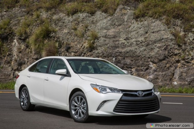 2015 Toyota Camry Xle Front Three Quarters 02