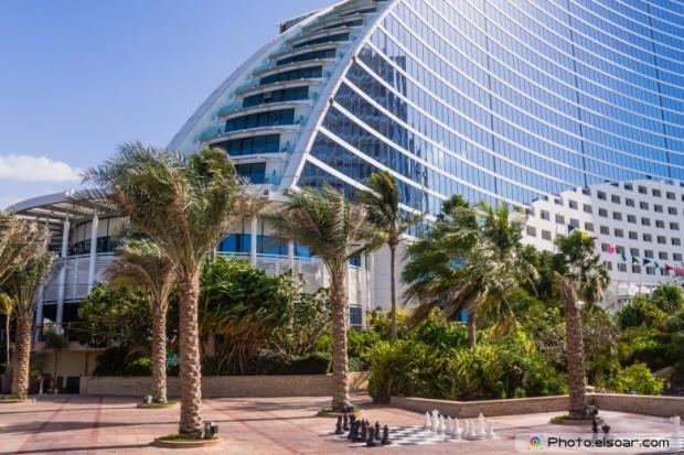 Jumeirah Beach Hotel, wave-shaped luxury resort