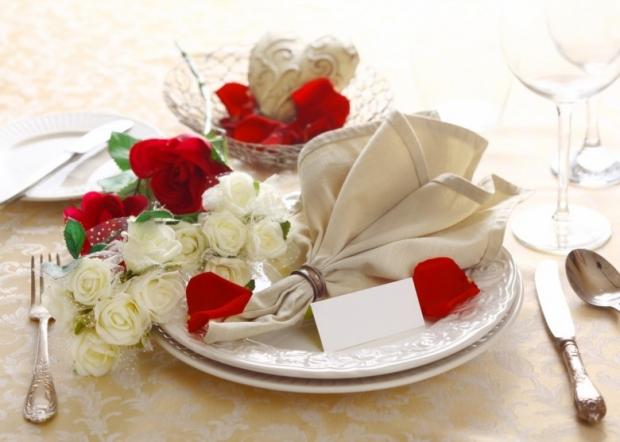 Table floral arrangement in restaurant 7